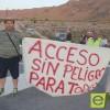 Un grupo de treinta agricultores realizan cortes intermitentes en la carretera de acceso al paraje de La Hoya de Torres