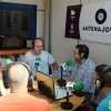 Los futbolistas de ASPAJUNIDE ofrecen la Copa ganada en Barcelona a los oyentes de Antena Joven