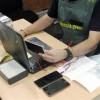 La Guardia Civil detiene in fraganti a dos integrantes de una red dedicada a obtener móviles de gama alta fraudulentamente