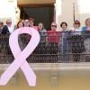 El lazo rosa contra el cáncer de mama ya cuelga en el balcón del Consistorio