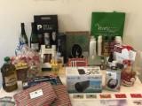 Adahi Jumilla entrega su cesta solidaria con productos donados por empresas y particulares.