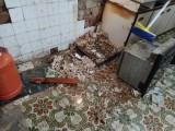 Una vecina del Barrio de San Anton denuncia que su vivienda está siendo comida por las ratas
