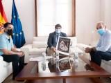 Fernando López Miras presidente de la Comunidad Autónoma recibe la serigrafía del Cartel de Semana Santa 2020.