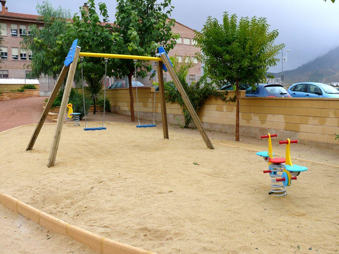 El jard n gloria fuertes cuenta con un nuevo parque de for Parque infantil jardin