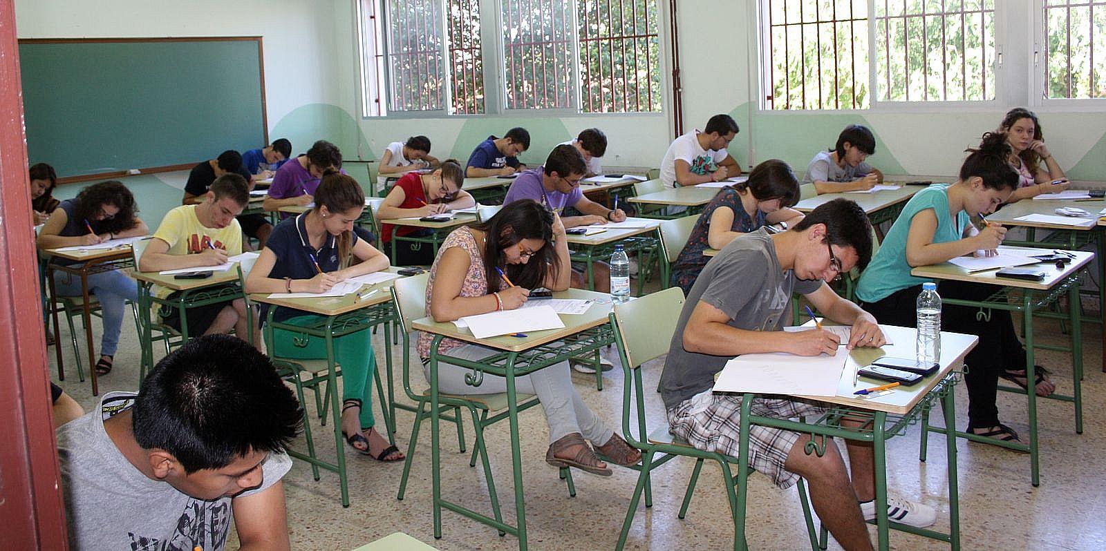 Resultado de imagen de alumnos examinandose